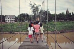 Девушки на мосте слинга над рекой Yom Стоковая Фотография RF