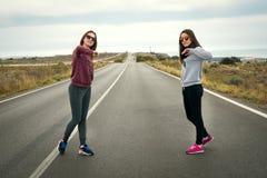 Девушки на дороге Стоковая Фотография