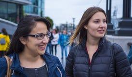 2 девушки на отключении города к Лондону - ослабьте на мосте башни Стоковые Изображения