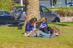 Девушки на парке, Punta del Este, Уругвае Стоковое Фото