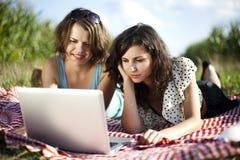 Девушки на пикнике Стоковая Фотография