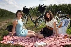 Девушки на пикнике Стоковые Изображения RF
