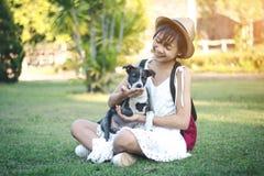 Девушки на поле с маленькими собаками на потехе Стоковые Изображения RF