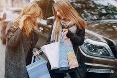2 девушки на прогулке Стоковые Изображения RF