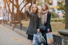 2 девушки на прогулке Стоковые Фото