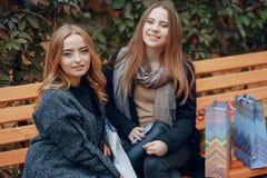 2 девушки на прогулке Стоковые Фотографии RF