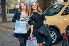 2 девушки на прогулке Стоковое Изображение