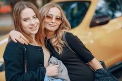 2 девушки на прогулке Стоковое фото RF