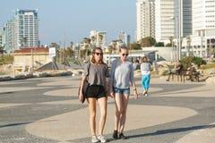Девушки на прогулке в Тель-Авив, Израиле Стоковая Фотография