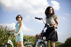 Девушки на путешествии велосипеда, наслаждаясь Стоковое Изображение RF