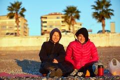 Девушки на пляже моря Стоковые Изображения