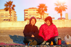 Девушки на пляже моря Стоковое Изображение RF