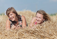 Девушки на сеновале Стоковые Изображения RF