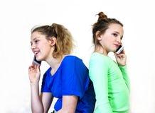 Девушки на сотовых телефонах Стоковые Фотографии RF