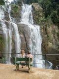 Девушки на стенде около водопада Стоковая Фотография