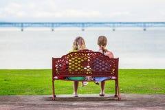 Девушки на стенде Стоковые Изображения
