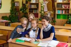 Девушки на столах школы Стоковые Фотографии RF