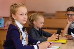 Девушки на столах школы Стоковое Фото