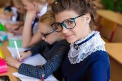 Девушки на столах школы Стоковые Изображения
