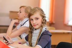 Девушки на столах школы Стоковая Фотография