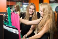 Девушки на торговом центре Стоковые Фото