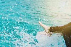 Девушки на шлюпке наслаждаются сыграть воду Стоковое Фото