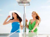Девушки на шлюпке или яхте Стоковое Фото