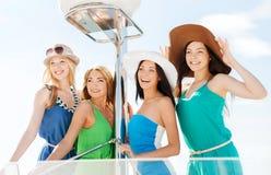 Девушки на шлюпке или яхте Стоковое Изображение