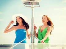 Девушки на шлюпке или яхте Стоковые Изображения