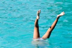 Девушки ног в бассейне Стоковые Фотографии RF