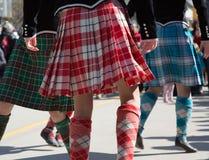 Девушки нося Ирландского обходят танцы Стоковые Изображения