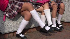 Девушки нося юбки и белые носки Стоковое Изображение