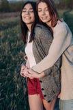 2 девушки обнимая outdoors Стоковые Фото