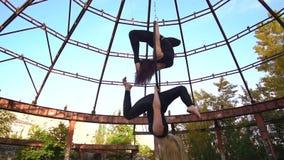 2 девушки одновременно выполняют фокус пошатывая на кольце воздушной акробатики, замедленном движении видеоматериал