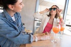 Девушки околпачивая вокруг в столовой Стоковое фото RF