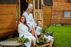 3 девушки ослабляя вне сауны стоковое изображение rf