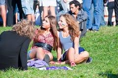Девушки ослабляют на лужайке Стоковое Изображение