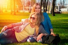 Девушки ослабляя в парке Стоковое Изображение