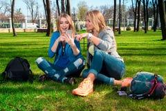 Девушки ослабляя в парке Стоковое фото RF