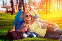 Девушки ослабляя в парке Стоковое Изображение RF