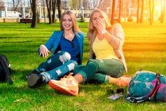 Девушки ослабляя и смеясь над Стоковое Изображение
