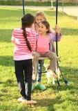 Девушки отбрасывая на качании Стоковые Изображения RF