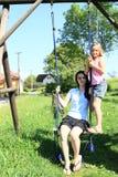Девушки отбрасывая на качании Стоковые Фото