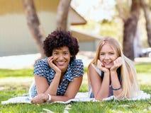 2 девушки отдыхают в парке с книгами Стоковые Фото