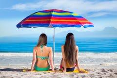 Девушки отдыхая на море Стоковая Фотография RF
