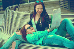 Девушки отдыхая на стенде в городе Стоковые Изображения RF