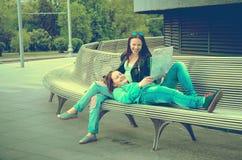 Девушки отдыхая на стенде Стоковые Фото