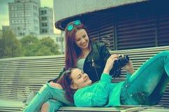 Девушки отдыхая на стенде Стоковое Изображение