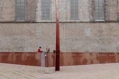 2 девушки охлаждая в местном памятнике стоковые изображения rf