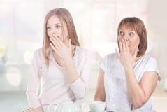 2 девушки очень удивлены Стоковые Изображения